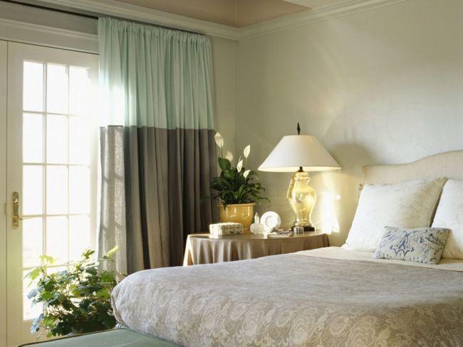 Як оформити вікно в спальні