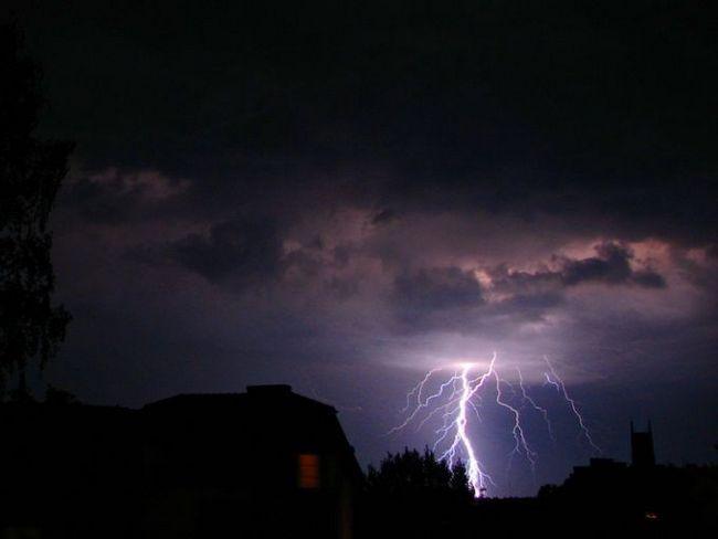 Блискавка - самозарождаются розряд електрики, що виникає під час грози