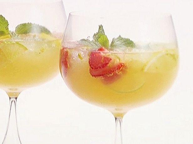 Сангрія з шампанським і полуницею